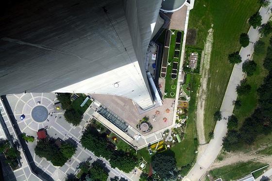 Vue à travers le plancher de verre de la Tour du CN. Photo Wikipedia CCAS (Francklin)