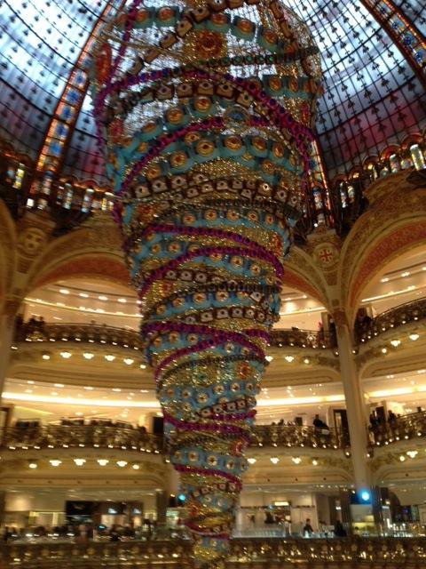 Sapin tête en bas de jour, Gallerie Lafayette, Paris. Photo Casarazzi.