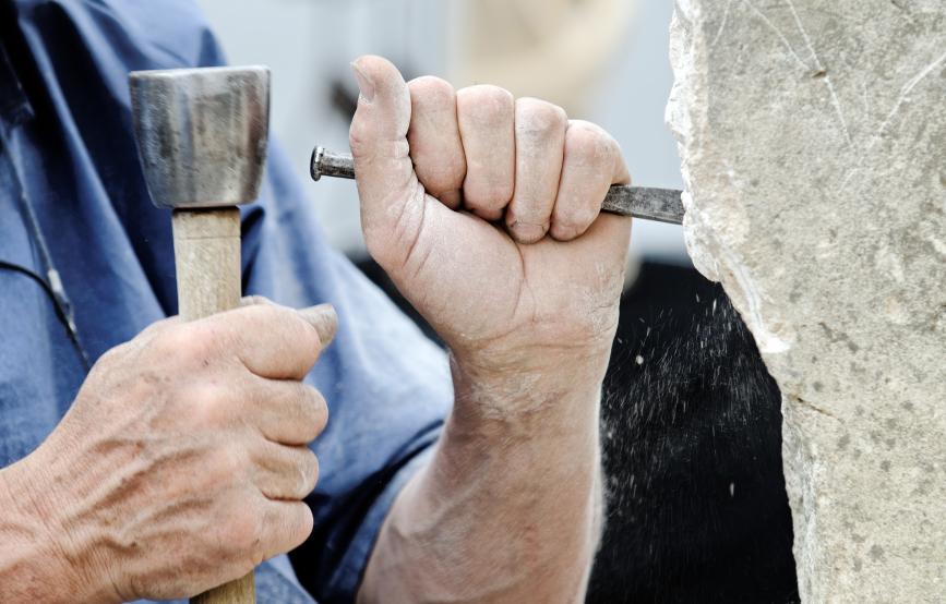 Tregny, France - Juillet 2013: Guédelon - reconstruction du château avec les mêmes techniques et matériaux utilisés au Moyen Âge. L'homme montre un croquis du résultat prévu en 2022 (traduction libre. Photo Rrrainbow iStock.com).